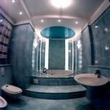 многоуровневый натяжной потолок в ванной комнате