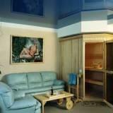 глянцевый натяжной потолок в сауне